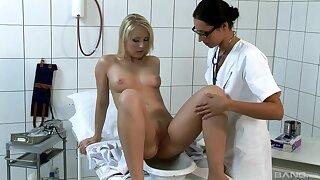 Kinky video of doctor Loretta poking holes of sexy Jasmin Field